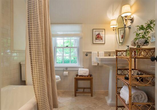 Мебель из ротанга в ванной комнате
